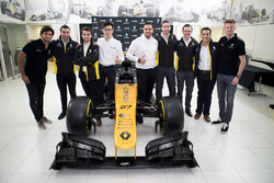Carlos Sainz, Nico Hulkenberg, Renault Sport F1 Team, with INFINITI Engineering Academy members