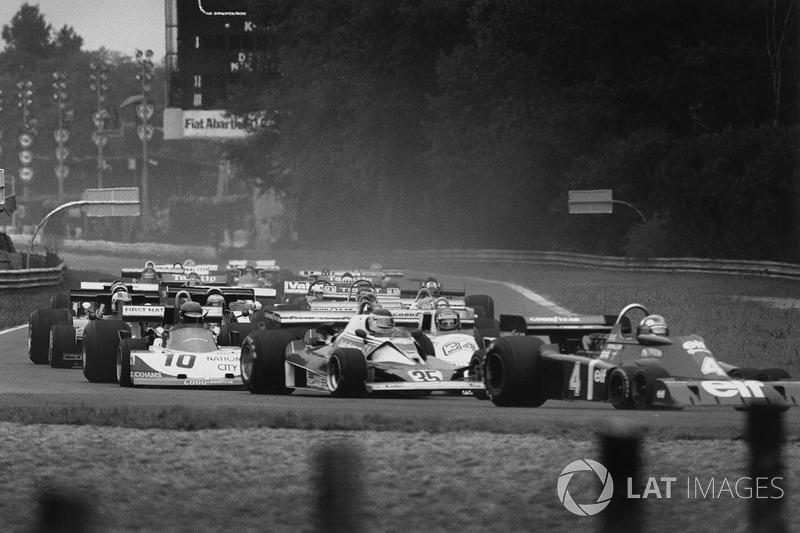 Ronnie Peterson, March 761 Ford, nascosto dietro a Carlos Reutemann, Ferrari 312T2 e Patrick Depailler Tyrrell P34-Ford alla partenza della gara