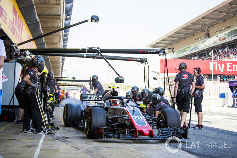 Kevin Magnussen, Haas F1 Team VF-18, leaves his pit box