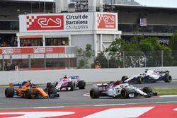 Charles Leclerc, Sauber C37 devant Fernando Alonso, McLaren MCL33