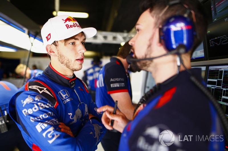 Pierre Gasly, Toro Rosso, parla con un ingegnere