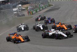 Fernando Alonso, McLaren MCL33 en Lance Stroll, Williams FW41 bij de start