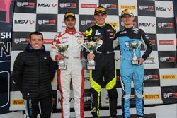 Podio: Primer puesto Linus Lundqvist, Doble R Racing, segundo lugar Kush Maini, Lanan Racing, tercero