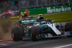 Valtteri Bottas, Mercedes AMG F1 W09, por delante de Max Verstappen, Red Bull Racing RB14