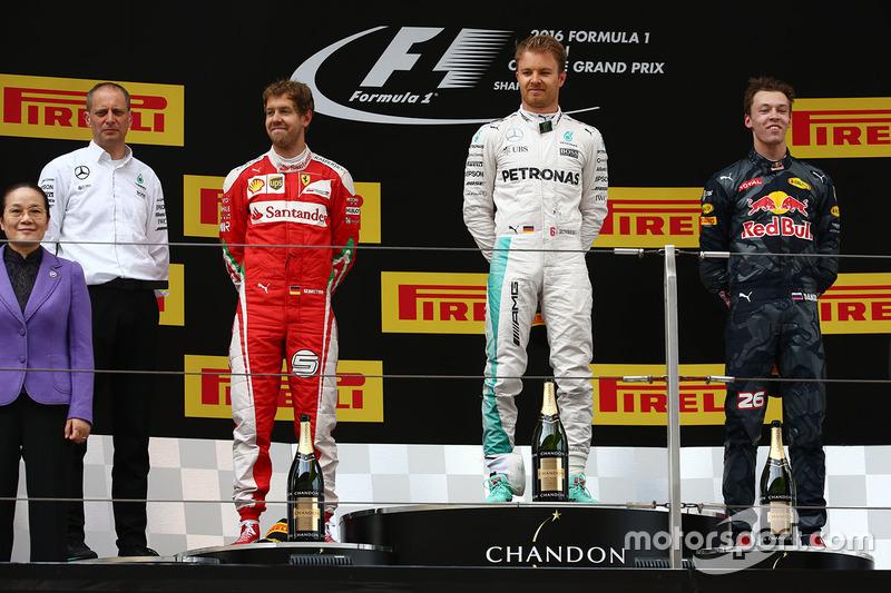 Podium: Sieger Nico Rosberg, Mercedes AMG F1 Team, Platz zwei Sebastian Vettel, Ferrari, Platz drei