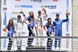 Podium: Sieger Santiago Urrutia, Schmidt Peterson Motorsports, mit Ed Jones, Carlin, und Dean Stonem