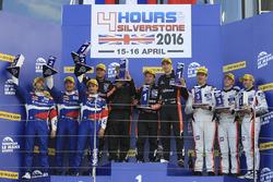 Podio: ganadores de la carrera Simon Dolan, Giedo van der Garde, Harry Tincknell, G-Drive Racing, se