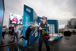 Podium: Le vainqueur Sébastien Buemi, Renault e.Dams