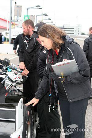 Cara Adams, chief engineer voor Firestone Racing