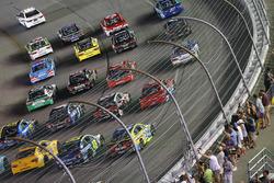 Los autos ocupan toda la pista para mostrar agradecimiento a los fans antes de la carrera
