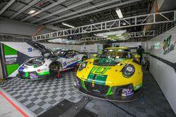 Craft Bamboo Racing Porsche Porsche 911 GT3 R garage atmosphere