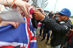 Lewis Hamilton, Mercedes AMG F1 avec des fans lors de la parade des pilotes