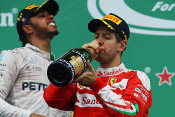 Le vainqueur Lewis Hamilton, Mercedes AMG F1 et le deuxiième, Sebastian Vettel, Ferrari fêtent leur résultat sur le podium
