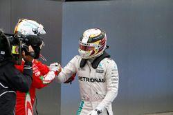 Le vainqueur Lewis Hamilton, Mercedes AMG F1 fête sa victoire avec Sebastian Vettel, Ferrari