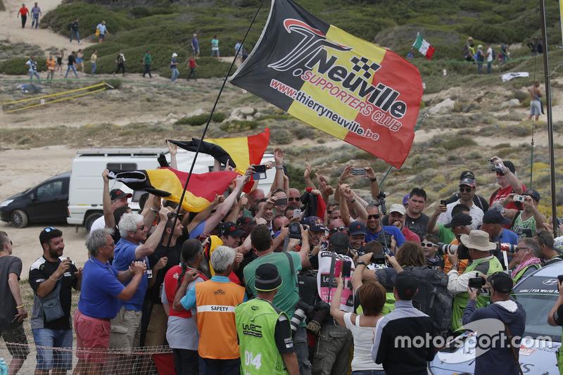 I vincitori Thierry Neuville, Nicolas Gilsoul, Hyundai i20 WRC, Hyundai Motorsport con i tifosi