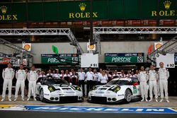 Team photo: #91 Porsche Motorsport Porsche 911 RSR: Nick Tandy, Patrick Pilet, Kevin Estre and #92 P
