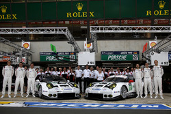 Team photo: #91 Porsche Motorsport Porsche 911 RSR: Nick Tandy, Patrick Pilet, Kevin Estre and #92 P