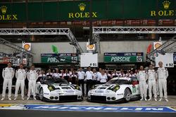Foto de equipo: #91 Porsche Motorsport Porsche 911 RSR: Nick Tandy, Patrick Pilet, Kevin Estre and #92 Porsche Motorsport Porsche 911 RSR: Earl Bamber, Frédéric Makowiecki, Jörg Bergmeister