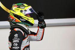 Sergio Perez, Sahara Force India F1, feiert Platz drei im Parc Ferme.
