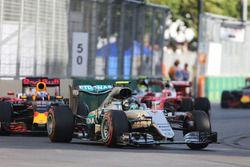 Nico Rosberg, Mercedes AMG F1 W07 Hybrid yarışın başında lider