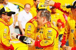 Jefe del equipo de Joey Logano Todd Gordon, Equipo Penske Ford celebra en Victory Lane