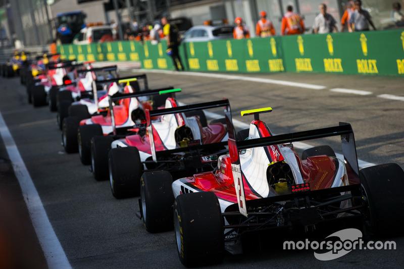 Nirei Fukuzumi, ART Grand Prix incolonnato dietro Nyck De Vries, ART Grand Prix e altre monoposto della GP3 alla fine della pit lane