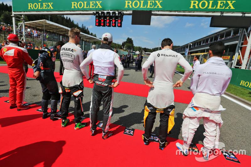 (Da sx a dx): Nico Hulkenberg, Sahara Force India F1; Romain Grosjean, Haas F1 Team; Jolyon Palmer, Renault Sport F1 Team; e Pascal Wehrlein, Manor Racing, mentre la griglia osserva l'inno nazionale