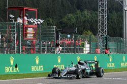 Победитель гонки - Нико Росберг, Mercedes AMG F1 празднует после пересечения финишной прямой