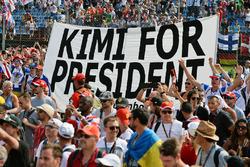 Tifosi con lo striscione Kimi for President al podio