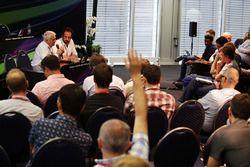 تشارلي وايتينغ، مدير السباقات وماتيو بونسياني، مُفوَّض الإتحاد الدولي للسيارات