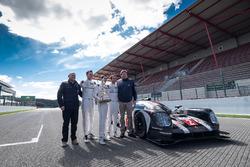 Présentation du Tourist Trophy de Silverstone à l'équipage de la #2 Porsche Team Porsche 919 Hybrid : Romain Dumas, Neel Jani, Marc Lieb