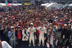 James Rossiter und Ryo Hirakawa, Team Tom's, mit Fans