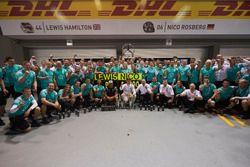 Nico Rosberg, Mercedes AMG F1 and Lewis Hamilton, Mercedes AMG F1 celebrate with the team
