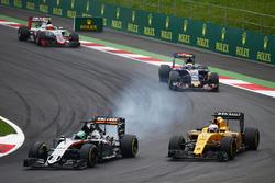Nico Hulkenberg, Sahara Force India F1 VJM09 et Kevin Magnussen, Renault Sport F1 Team R.S.16