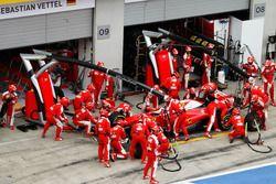 Kimi Raikkonen, Ferrari SF16-H hace una parada en boxes