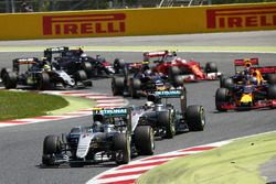 Départ : Nico Rosberg, Mercedes AMG F1 W07 Hybrid devant Lewis Hamilton, Mercedes AMG F1 W07 Hybrid