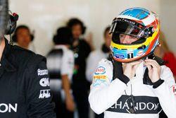 Fernando Alonso, McLaren MP4-31 ajusta su casco en el garaje