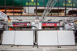 Porsche Team with blocked pitbox