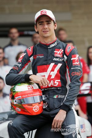 Esteban Gutierrez, Haas F1 Team at a team photograph