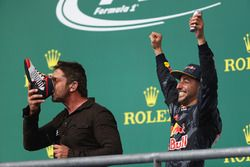 Podium: 3. Daniel Ricciardo, Red Bull Racing, mit Gerard Butler, Schauspieler
