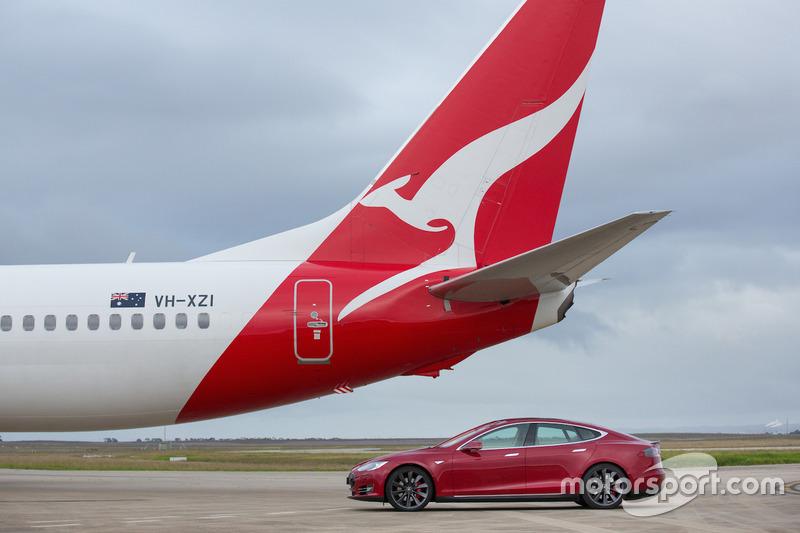 Tesla Model S проти Boeing 737