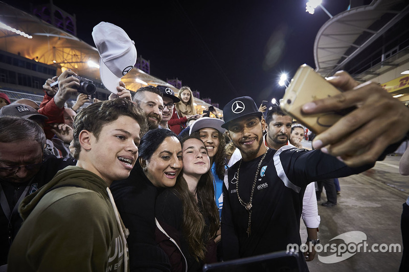 Lewis Hamilton, Mercedes AMG F1 Team met fans