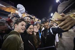 Lewis Hamilton, Mercedes AMG F1 Team avec des fans