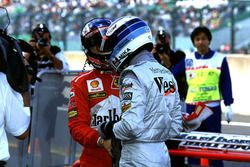 Mika Hakkinen, McLaren ve Michael Schumacher, sıralama turlarından sonra el sıkışıyor