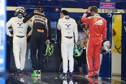 Valtteri Bottas, Williams; Nico Hulkenberg, Sahara Force India F1; Felipe Massa, Williams; and Sebastian Vettel, Ferrari dans le parc fermé