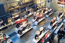 Yamaha moto en exhibición en el Yamaha Superbike Temple