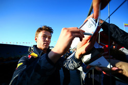 Daniil Kvyat, Red Bull Racing signe des autographes pour les fans