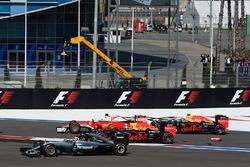 Crash du départ avec Sebastian Vettel, Ferrari SF16-H, Daniil Kvyat, Red Bull Racing RB12, Daniel Ricciardo, Red Bull Racing RB12 et Lewis Hamilton, Mercedes AMG F1 Team W07