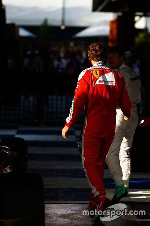 Победитель - Нико Росберг, Mercedes AMG F1 Team празднует в закрытом парке, рядом - Себастьян Феттел