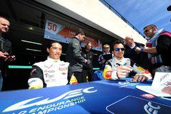 #50 Larbre Competition Corvette C7.R: Paolo Ruberti, Yutaka Yamagishi, Pierre Ragues aláírásokat osz